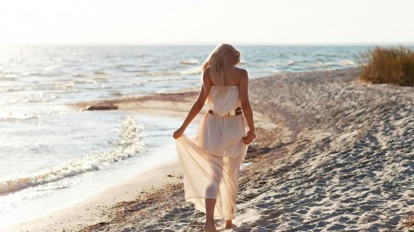 фото блондинка на пляже