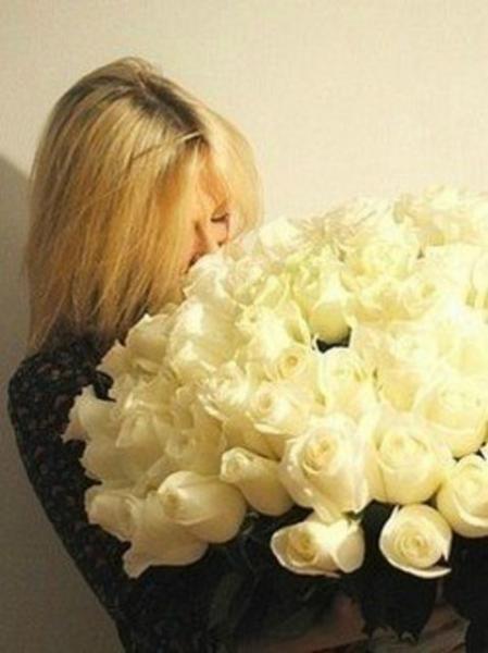 Фото блондинки с цветами без лица